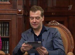 Медведев пообещал не отказываться от гаджетов Apple назло США