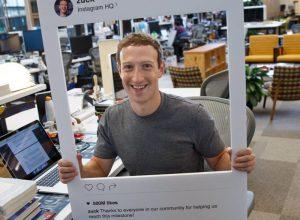 Цукерберг заклеил камеру ноутбука скотчем